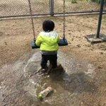 これは男の子の定番!?水たまりでフィーバーする現場それを見て諦めた母...