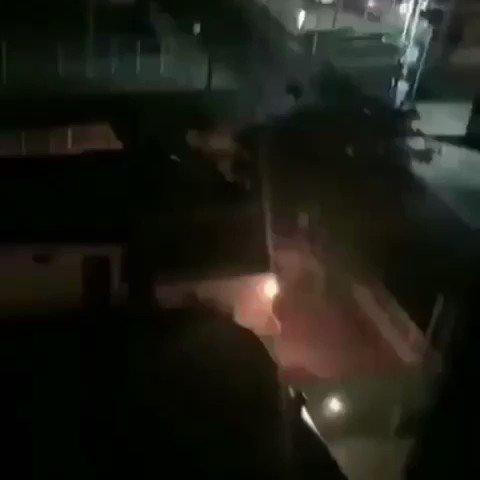 Vecinos de la avenida El Milagro, en Maracaibo, estado Zulia, grabaron el momento en el que el servicio eléctrico llegaba al sector y una explosión en los transformadores  ocasionó que nuevamente se quedaran sin el mismo. Via: @elnacionalweb #11Mar