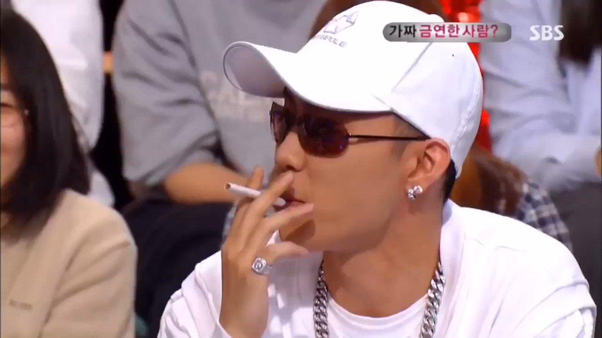Eun Jiwon demonstrating how to smoke #Sechskies #EunJiwon #은지원 #젝스키스 #1KYNE