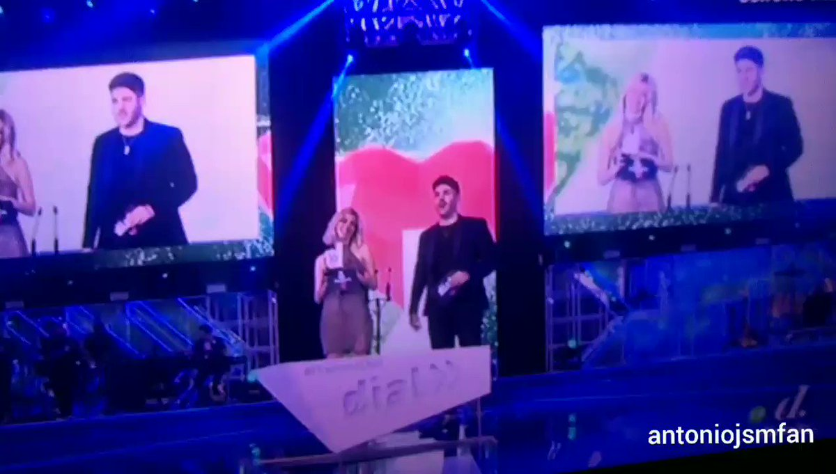 . @nerearoficial y @AntonioJSMazuec entregan el premio dial al grupo @MoratBanda #PremiosDial #premiosdialendivinity #PremiosDialAntonioJosé #PremiosDialNerea