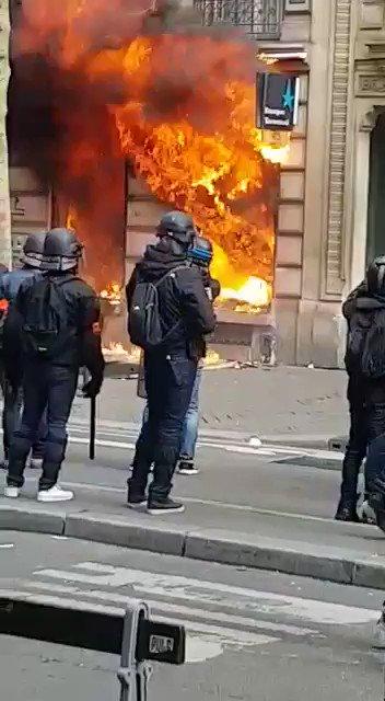 Acte XVIII des gilets jaunes: un immeuble ravagé par les flammes à Paris
