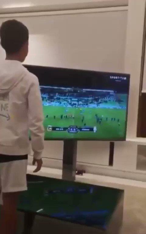 RT @FootyHumour: No one:  Literally no one:  Cristiano Ronaldo: https://t.co/rr746zJnf9