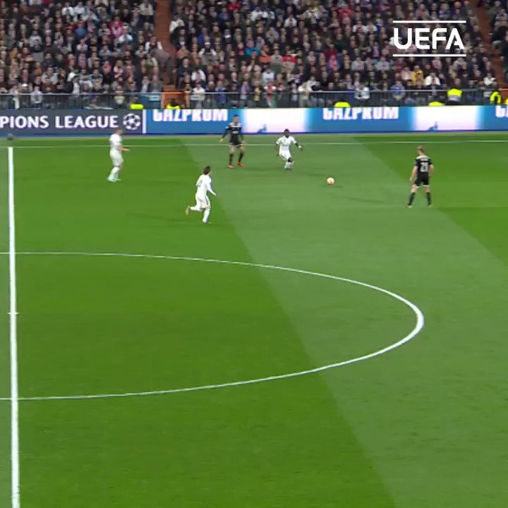 Frenkie feint ✔️  La Croqueta ✔️ ⁣  Astonishing talent.   #UCL