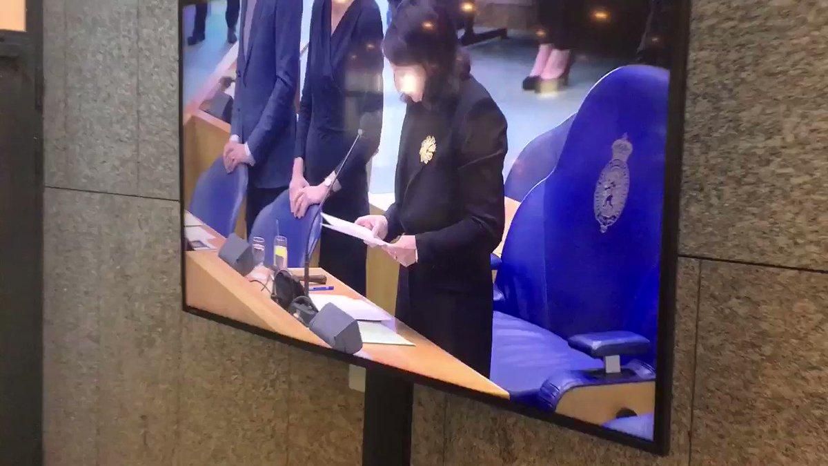 Opmerkelijk beeld bij de plenaire zaal bij de Tweede Kamer. Terwijl Voorzitter @khadijaArib bezig is met de herdenking #Utrecht komt @thierrybaudet te laat aanlopen en neemt vervolgens de tijd voor de pers.