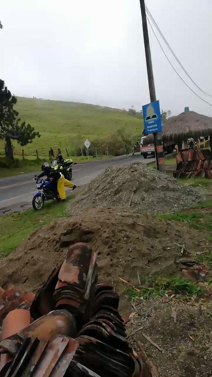 #Indígenas y campesinos de la minga social en el #Cauca, #Colombia, denuncian represión con armas de fuego. Reportan varios heridos.