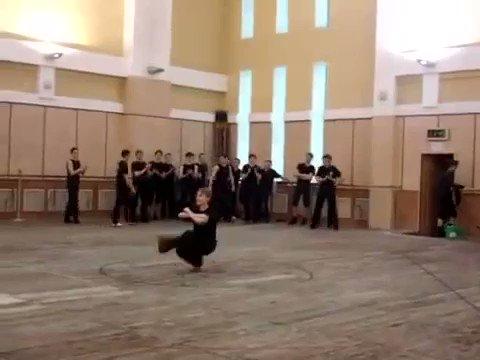 コサックダンスを極めるとこうなる
