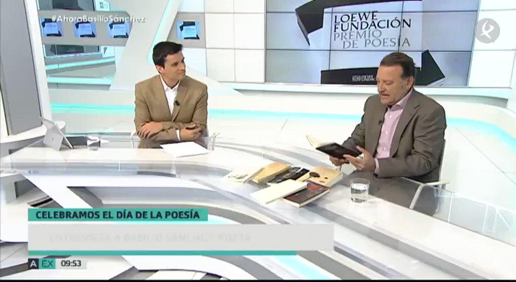 #EntrevistasAhoraExtremadura | En el #DíaMundialDeLaPoesía, hablamos con el ganador del prestigioso #PremioLoewe de poesía, el cacereño Basilio Sánchez. Y no nos hemos podido resistir a pedirle que nos recite un poema...  👉La entrevista al completo: https://t.co/cefC1zj7Vc  #EXN https://t.co/YdiU8i1O4J