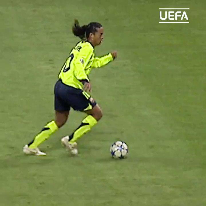 ⏪ Ronaldinho frente a Gattuso 😮  🇧🇷 @10Ronaldinho 👌  #UCL #ThrowbackThursday #TBT
