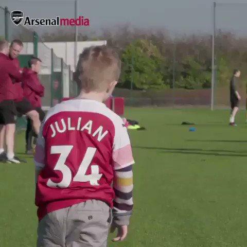 El es Julian, un pequeño fan con Síndrome de Down que se infiltró en los entrenamientos del Arsenal. La reacción de los jugadores vale más de mil sonrisas.