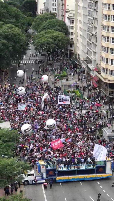 Pequeno protesto em SP contra a reforma de previdência, mortadela custeada com o pouco que resta de dinheiro dos sindicatos. #EuApoioNovaPrevidencia