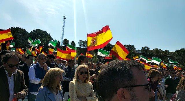 Pablo Casado ya está en Extremadura. En este momento visita Mérida, pero también recorrerá Badajoz y Cáceres. Así le han recibido en la capital extremeña. Ampliamos a las #2menos3 en #EXN1 https://t.co/mipZdWsnEN
