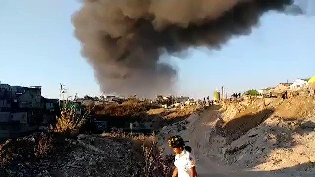 DESDE LA CAPITAL   Bomberos combaten incendio en la 28 calle final de la zona 3 de Guatemala.
