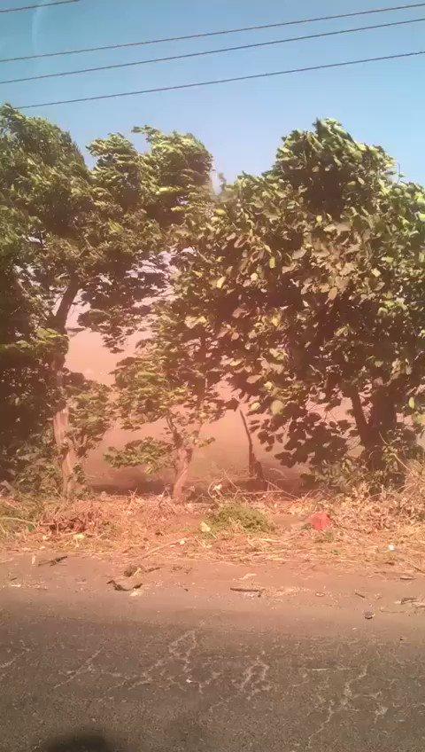 """Impresionante """"tormenta de polvo"""" por los intensos vientos en la ruta hacia Santa Lucía Cotzumalguapa, Escuintla. Tomen precauciones. Video Carlos Morales"""