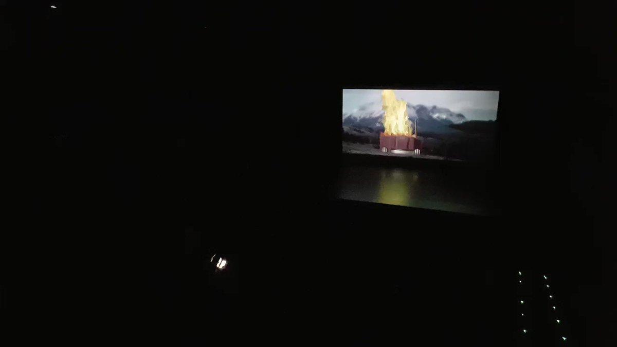 Atención, SPOILER del documental @FabricaMujeres: así es como las personas que fueron ayer a la proyección en Errenteria aplaudían al final, cuando Maite quema la fábrica. ¡Está claro que no nos gusta eso de #nosfabrican! Mira más denuncias en http://fabricandomujeres.org