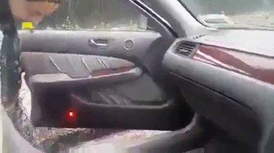 La maman d'une victime de l'attaque terroriste en nouvelle Zélande, vient de récupérer la voiture, la démarre et trouve ce que son fils était en train d'écouter avant d'aller à la mosquée et mourir😥
