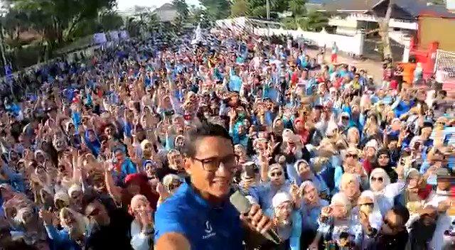 Selamat pagi Surabaya!Pagi ini memulai kegiatan dengan senam sehat bareng masyarakat Surabaya, dari anak-anak muda hingga emak-emak. Hadir juga Sandiaga Uno 20 tahun yang lalu yakni Al Ghazali yang sudah mengiringi kita bernyanyi bersama.