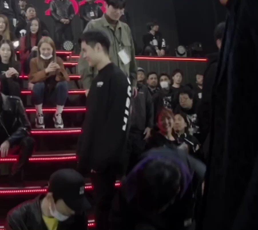 This was when iKON took pict with the Crew after DOME Concert. Hanbin sat with a guy probably the crew leader, and the guy gave his hand to help Hanbin to stand up, and Look Hanbins happy face ♥😆 I love how the staff always respected Hanbin like this