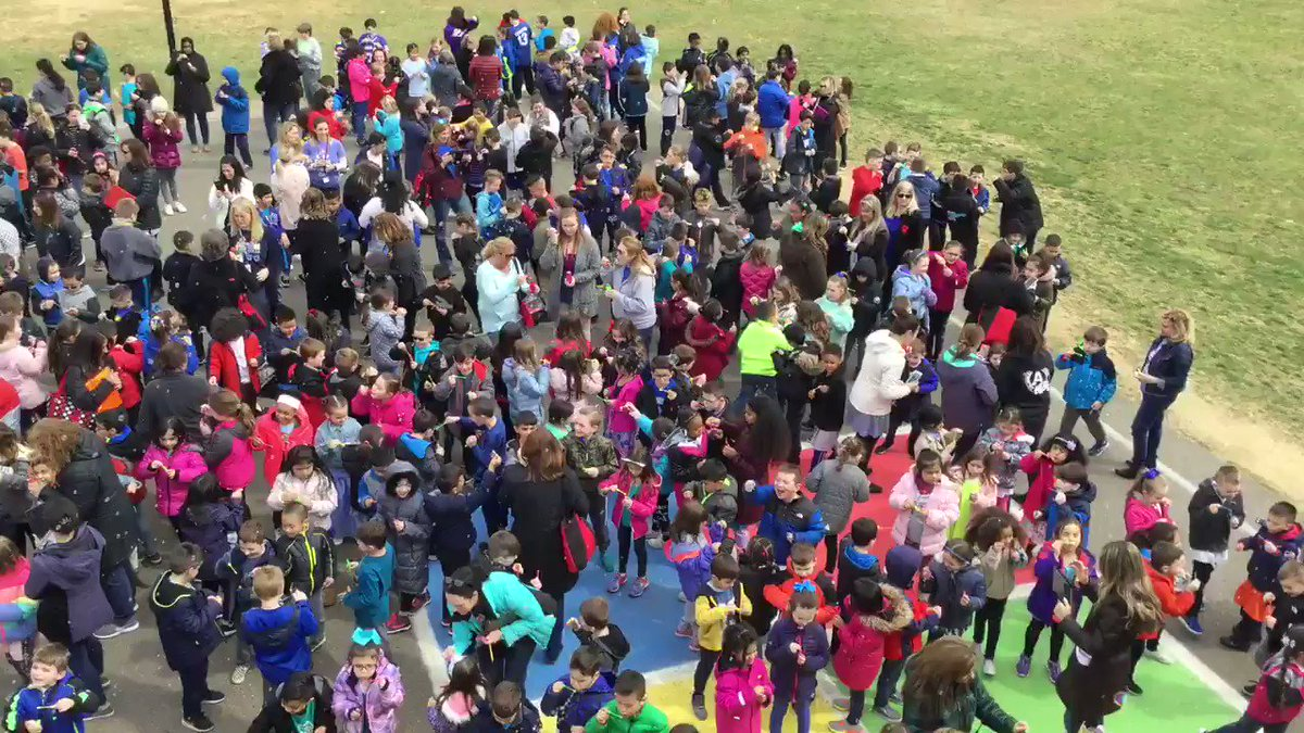 """Applegate celebrates World Autism Day with a school wide event of """"Blowing Bubbles for Autism"""" 🧩 @FACESautism @CRA_Bulldogs @CRAMrMillaway @CRAMsHarms @FTS_NDickstein @ApplegatePE"""