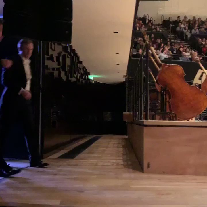 Concerto piano 22 de #mozart #kristianbezuidenhout ce pianiste venu d'Afrique du Sud est un Mozartien de premier plan, joli triomphe à la grande salle Pierre Boulez  #danielharding #orchestredeparis 👏👏👏