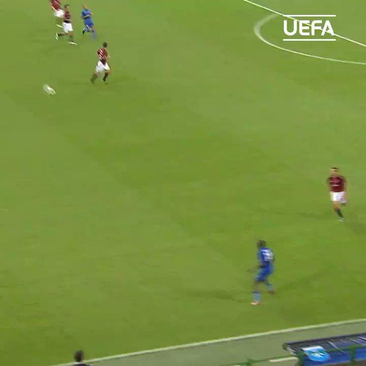 Aquela roubada de bola kkkkkk 🤙🏾⚽️  @acmilan @ChampionsLeague