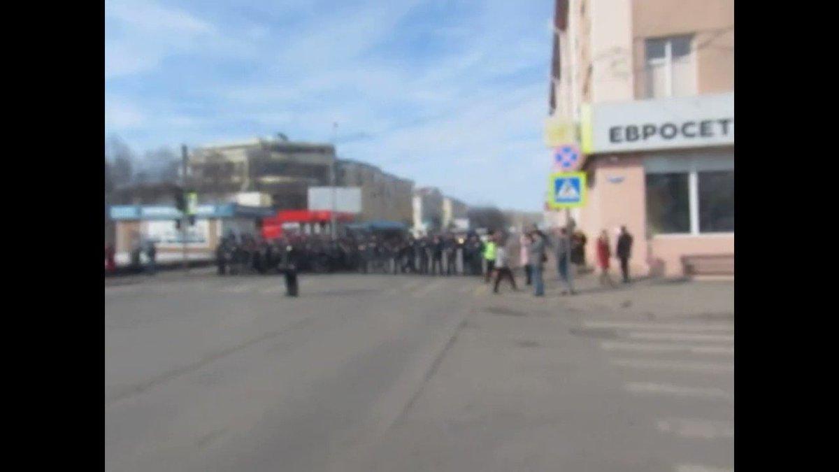 Отличные кадры со вчерашнего протеста в Архангельске  Колонна протестующих уверенно, не сбавляя шага, прорывается через полицейское оцепление  Всего-то чуть больше гражданской солидарности, и вот уже вся эта грозная полицейская опричнина становится совсем не так страшна.