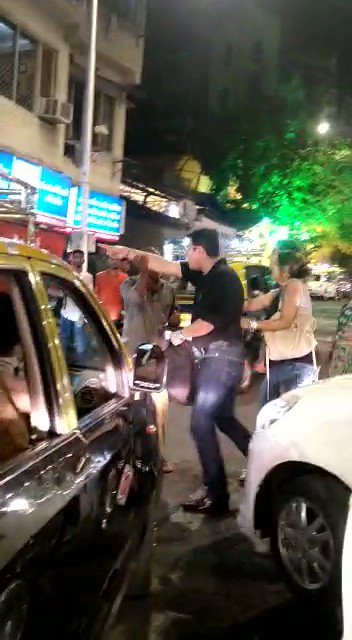 #Watch | Father-Son duo beat up traffic cop for stopping them in a no entry lane in Tardeo area, case registered   @RoadsOfMumbai @RidlrMUM @MumbaiPolice @mumbaitraffic #mumbaitrafficpolice