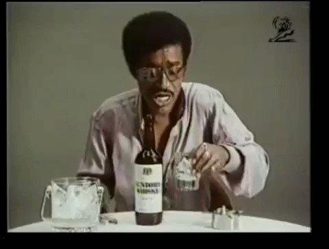 家でお気に入りのウイスキーを一人飲んでいる時、みんなこうなりますよね。
