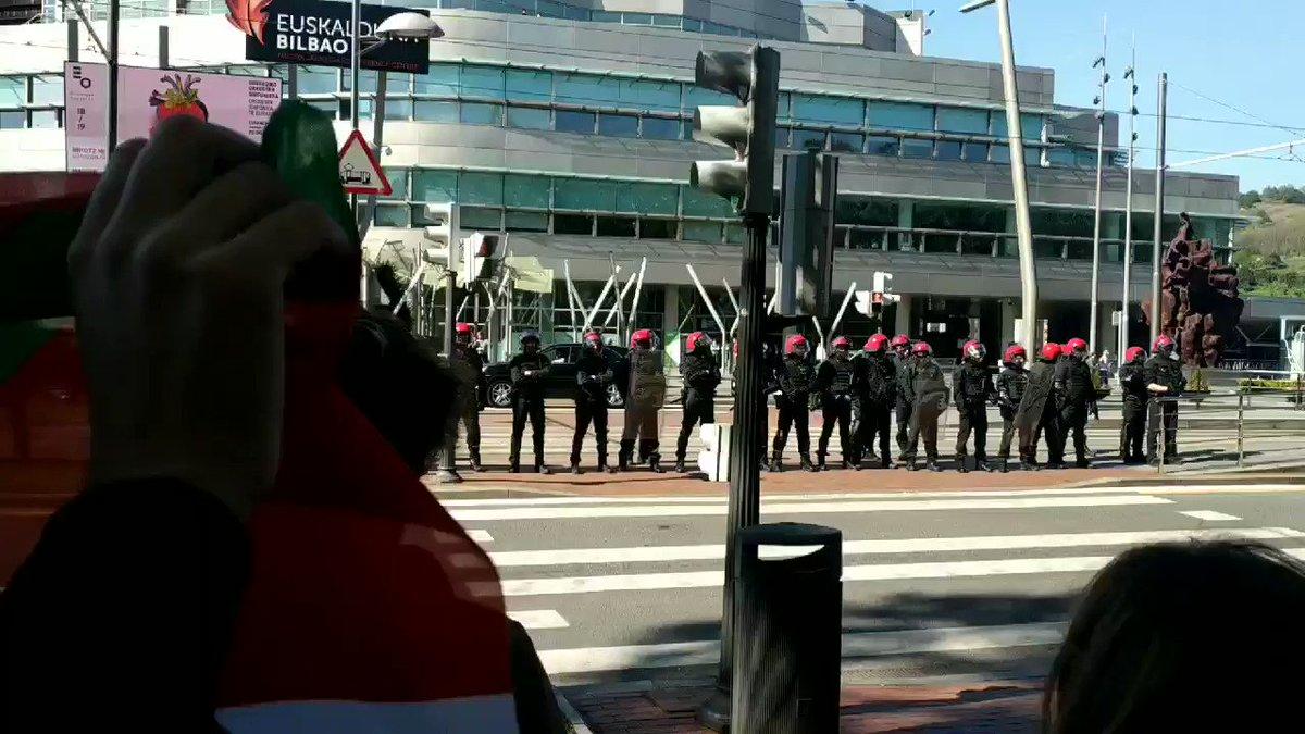 """""""Euskal Herria Antifaxista!"""" VOXeko faxistak mehatxu eta probokazioekin pasatu dira.  Euskal Herritik ez dira pasako! #BotaErregimena"""