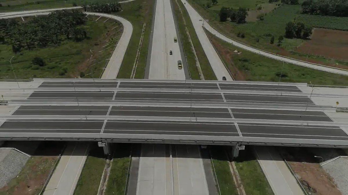 """Jalan tol dari Bakauheni sampai Terbanggi Besar di Lampung sejauh 140,9 km telah beroperasi. Ini gerbang Trans Sumatra sepanjang lebih 2.000 km sampai Aceh.   """"Kamilah pemenangnya: menang waktu, menang bahan bakar, menang segala-galanya,"""" kata seorang pengemudi truk di jalur ini."""