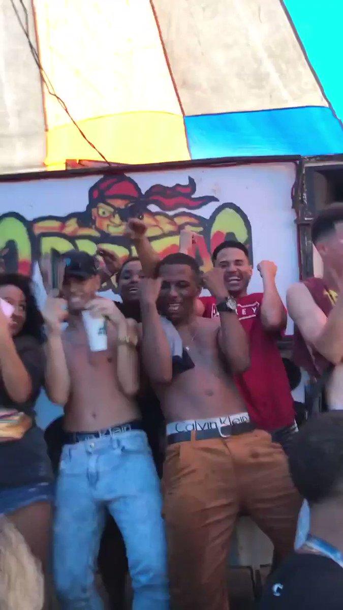 ELAS PULA NA PISCINA 🏊🏻♂️🔥 Isso é Baile do Martins e tem que respeitar 🙊💃🏼 Mais uma estourada do HITMAKER do MARTINS 👏🏼✅