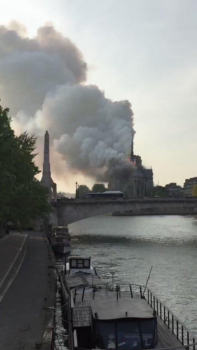 Oh putain y a Notre-Dame qui brûle 😳 #Paris