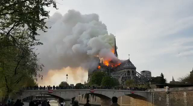 Another angle of the #NotreDame fire. �� #NotreDameFire #FeuNotreDame #Paris https://t.co/S1iSKiykEG
