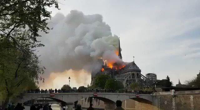 Lloro porque hoy es un día triste para el arte, la historia, la arquitectura, para la perfección creada por el hombre…Notre Dame está sufriendo el peor de sus enemigos...😔    #Paris ❤️ 🙏🏻  #NotreDame