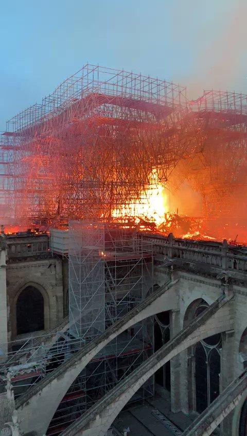 Fellobbantak a lángok a párizsi Notre Dame tetején