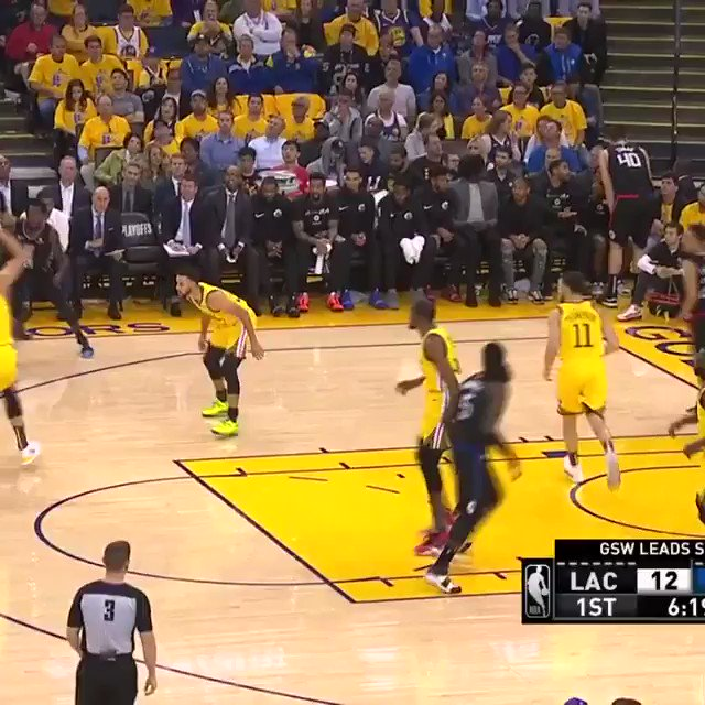 Klay Thompson with the reverse layup!   #StrengthInNumbers 22 #ClipperNation 17  ��: @NBAonTNT https://t.co/Zsl9nR7kv0