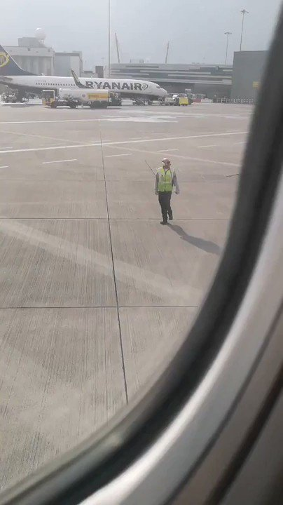 This happy Ryanair steward was spotted dancing at Dublin Airport on Friday. #FridayFeelings 💃 https://t.co/IOE9utdHHV