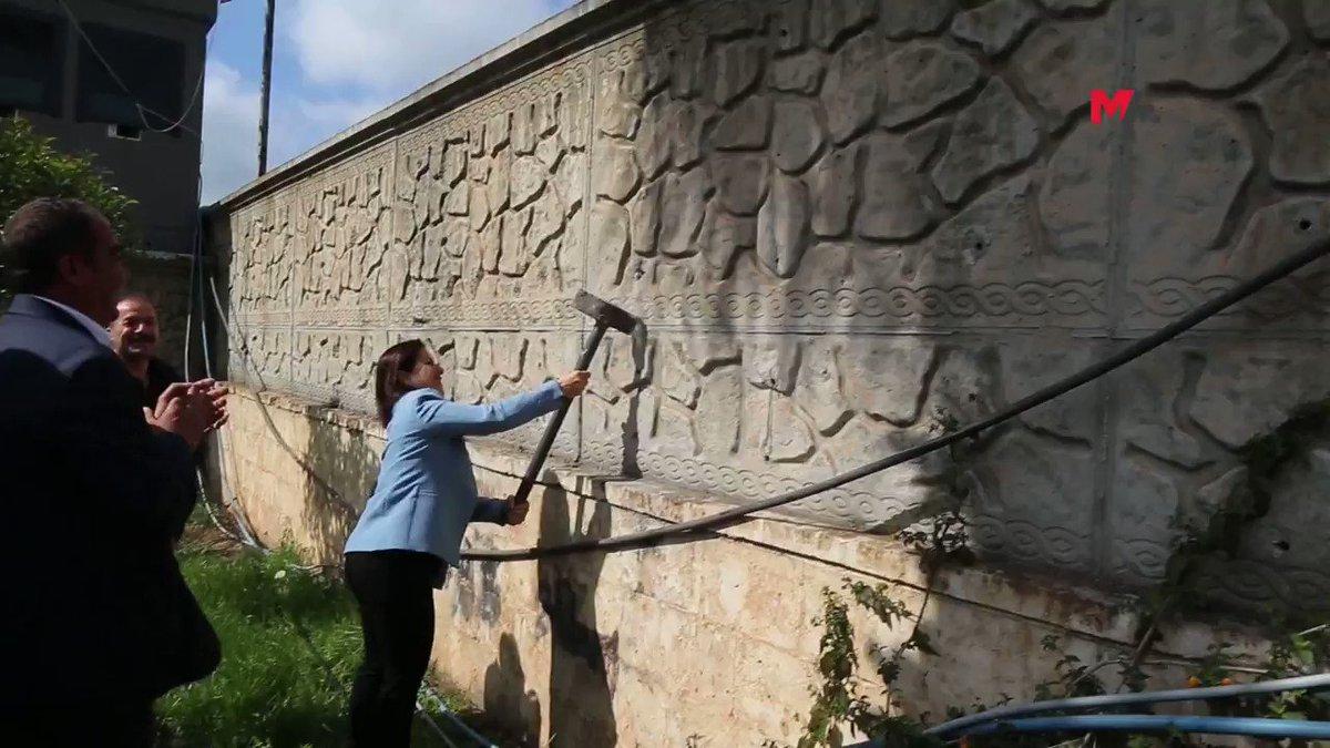 Kızıltepe Belediye Eş Başkanı Nilüfer Elik, faşizmin duvarına balyozla yıkıyor.   Ancak belediye binasını kim/kimler Sümer zigguratı gibi inşa etmiş onu anlamadım yıllardır. Ona da bir el atılsa.
