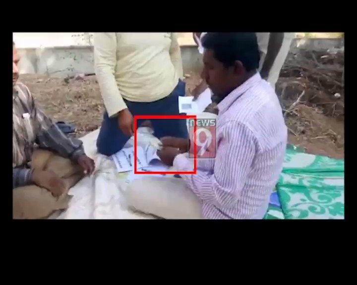 #LokSabhaElections: @JanataDal_S corporator's brother caught distributing cash at #Chintamaninagar in #Chikkaballapur.  #LokSabhaElections2019 #IndianElections2019