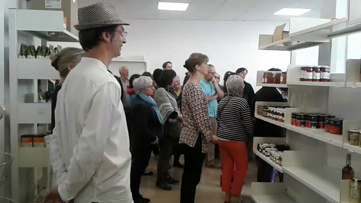 Cérémonie d'inauguration du magasin Hendaiakoop en présence du maire M. Ezenarro. Un beau projet pour soutenir l'économie sociale et solidaire, de la main des producteurs locaux. Bertako ekoizleak sustengatuz Hendaiakoop denda zabaldu da gaur Hendaia hirian 120 bazkideei esker.