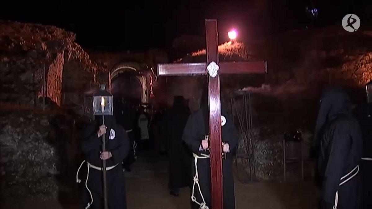 #AVANCE   El Vía Crucis volvió anoche a sobrecoger a los fieles. Es uno de los momentos álgidos de la Semana Santa emeritense. La lluvia paró y permitió que el Santísimo Cristo de la O hiciera su entrada en el Anfiteatro.  Ampliamos a partir de las #2menos3⏰ en #EXN1🖥 https://t.co/NhmIViwZOc