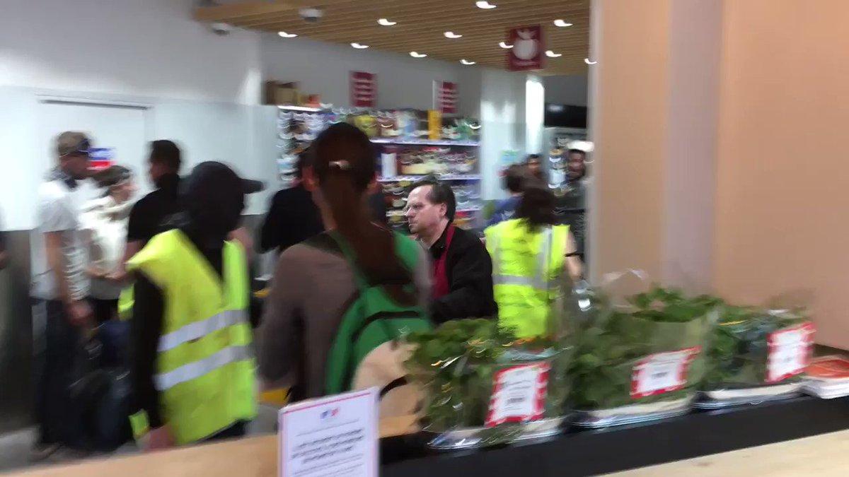 #París: Esta mañana, de camino a la manifestación, saqueo en esta tienda