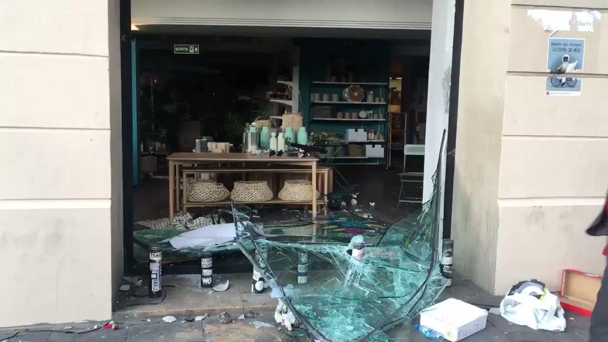Destrozos en comercios de #París...