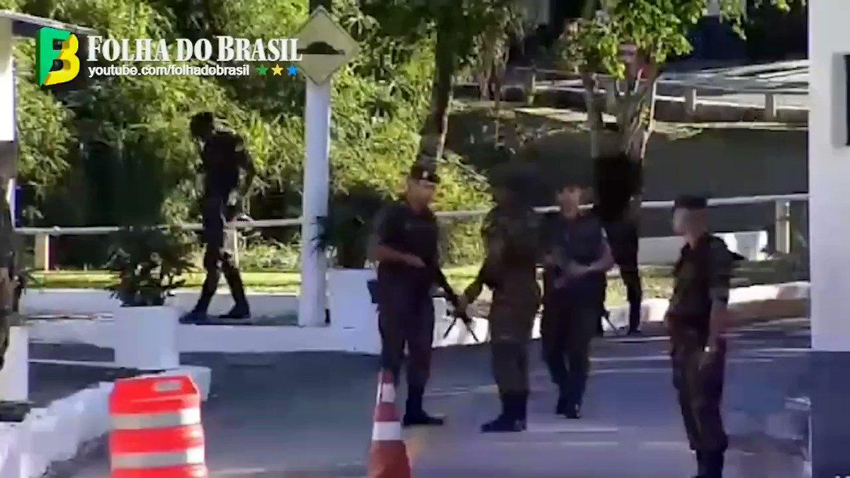 Bolsonaro passa a Páscoa no Guarujá sob forte esquema de segurança e mergulha a convite da marinha.