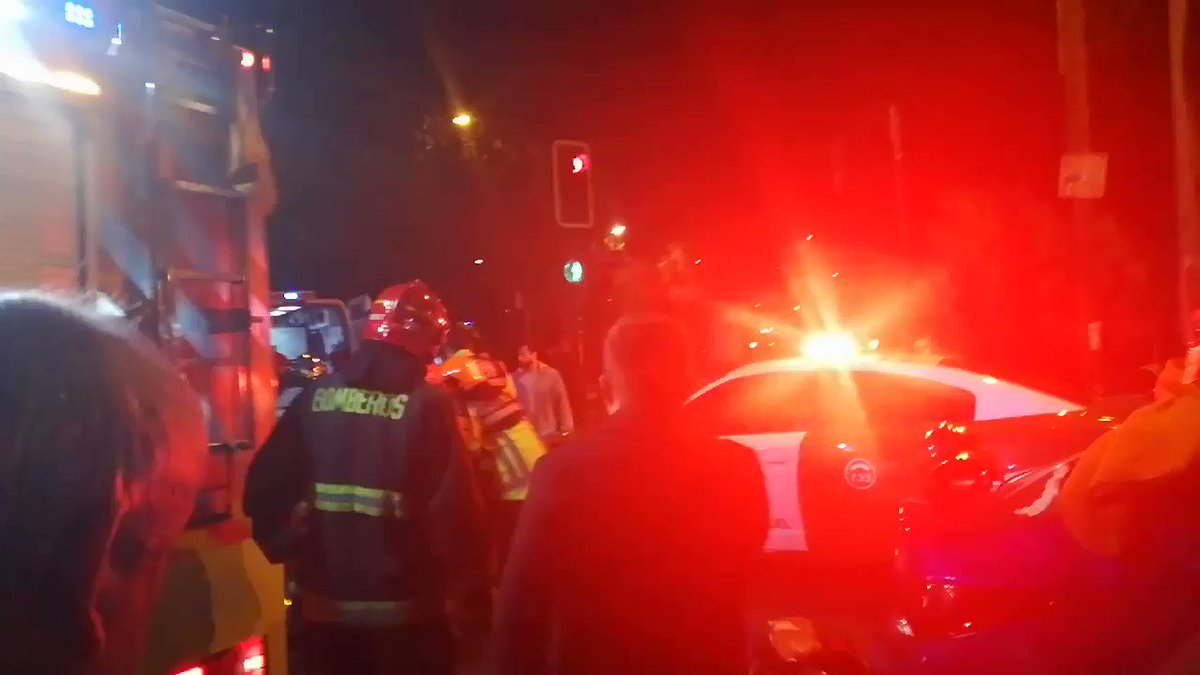 RT @_felipecofre San Miguel: Accidente de tránsito en Departamental con Panamericana, un vehículo que llevaba a mujer con trabajo de parto al hospital Barros Luco, pasó luz roja siendo impactado por otro automóvil. 3 lesionados bomberos en el lugar. #Cooperativa84 @Cooperativa