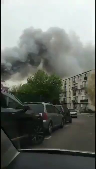 #BREAKING: Huge fire raging the French city of #Versailles, buildings are burning near the former residence of the kings of #France. A peaceful electrical fault again? #NotreDameFire