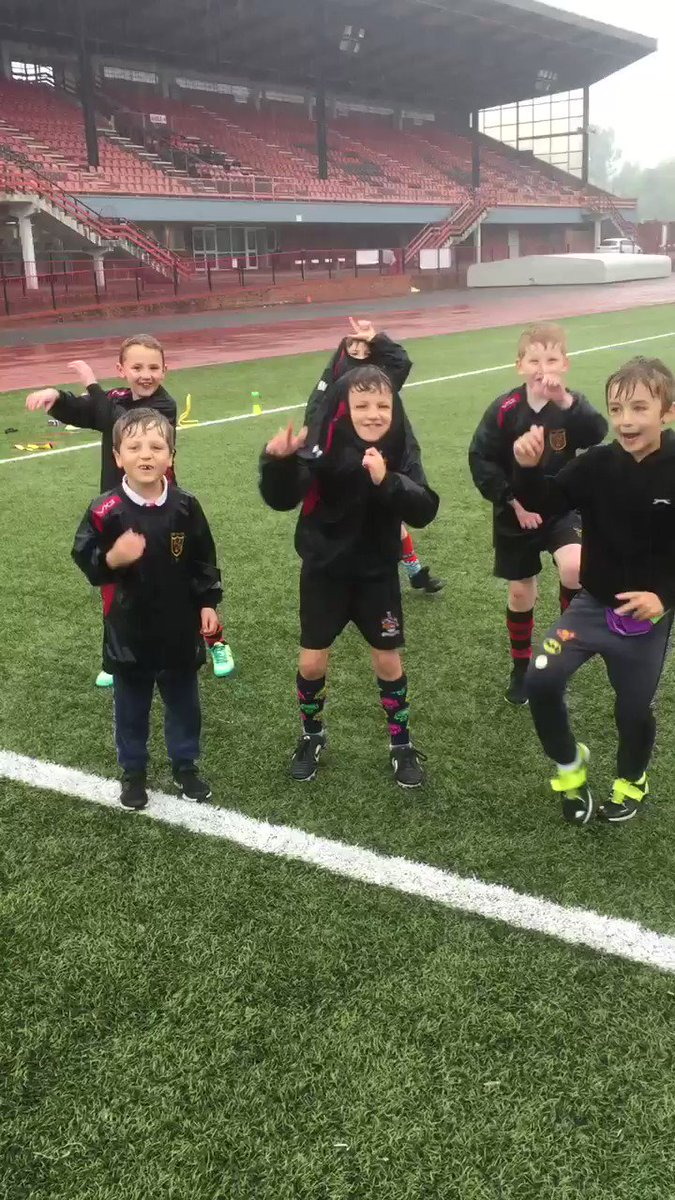 Dancing in the rain @TorfaenLeisureT #cwmbranstadium @NewPantegMinis Great bunch FairPlay 🕺🕺😂