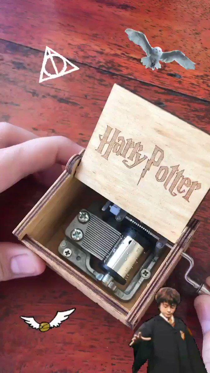 ขออวดหีบเพลง Harry Potter หน่อย อยากได้มานานแล้ววววว แง เก็บเข้ากรุของสะสมเหมือนเดิม ว่างๆเอาออกมาหมุนเพลินๆได้  ละมุน 💕 จากพี่ @Q_cupid ฮะ ถ้าสนใจลองถามได้น้า #รีวิวQP