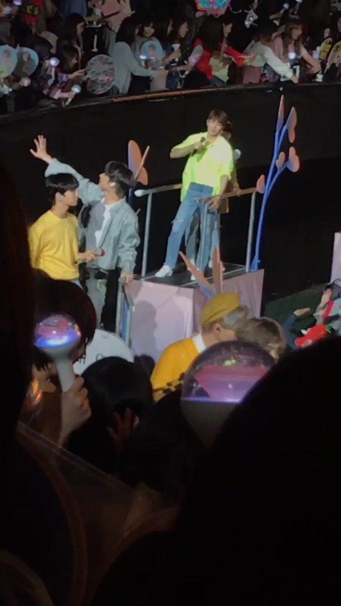 I saw NEON wonwoo on moving cart, and then suprisee!!! there's woozi there too! peek-a-boo . . © begin717 #SEVENTEEN #WONWOO #WOOZI #원우 #우지 #세븐틴  @pledis_17