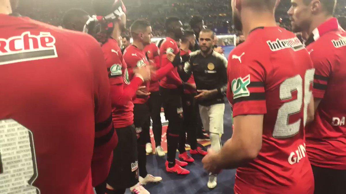 Haie d'honneur des joueurs du @staderennais pour le @PSG_inside #SRFCPSG #CDF