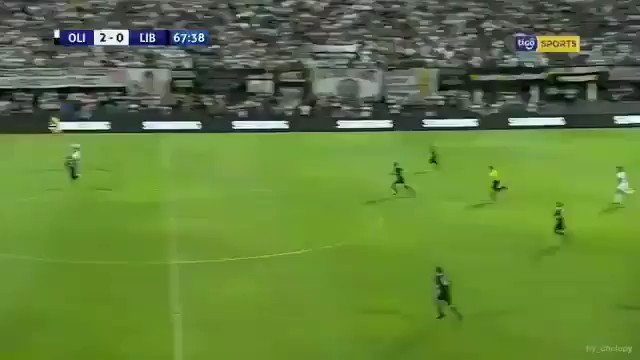 הקשר האורוגוואי אלחנדרו 'אלה' סילבה מאולימפיה כובש את אחד משערי העונה בעולם במשחק אמש נגד ליברטאד בדרבי השחור לבן של פרגוואי